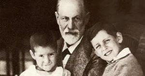 S. Freud con sus nietos
